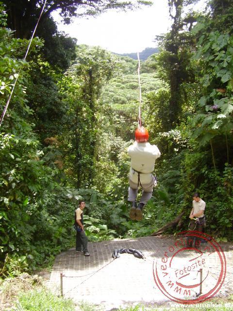 Jan aan de tarzan swing in Selvatura National Parc