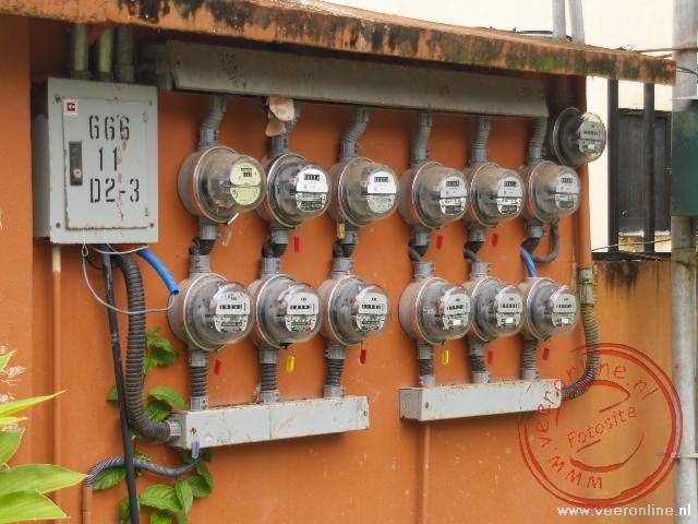 De elektriciteitsmeters zijn gewoon op straat gemonteerd