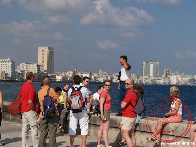 Abel geeft uitleg over de stad Havana
