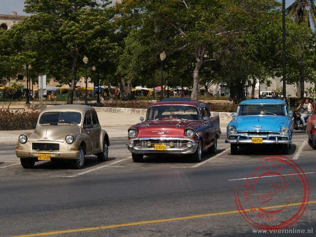 De oude autos verfraaien het stadsbeeld in Cuba