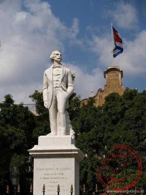 Het monument ter ere van de vrijheidsstrijder Carlos Manuel de Céspedes op het Plaza de Armas (Wapenplein)