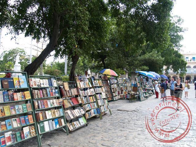 De tweedehands boekenverkopers op de Plaza de Armas in Havana