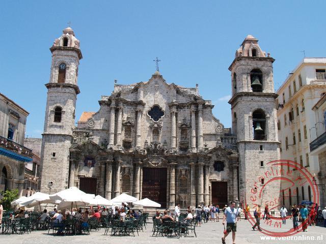 De Kathedraal in barokstijl neemt een dominante plek in op het gezeliige Plaza de la Catedral