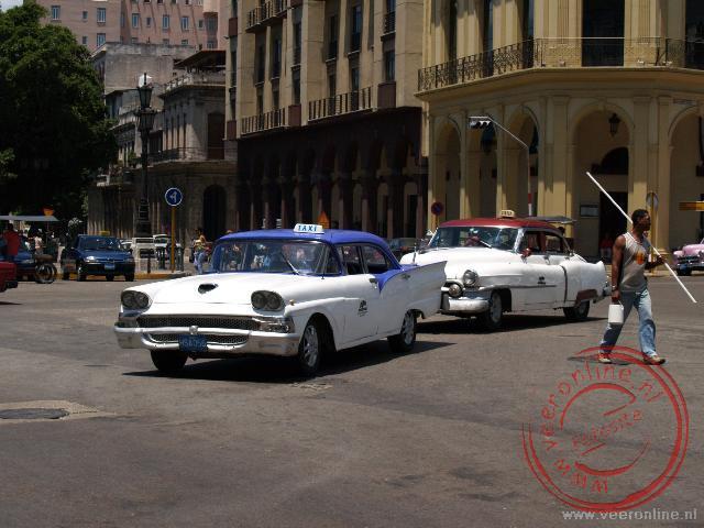 De fraaie taxis in het straatbeeld van Havana