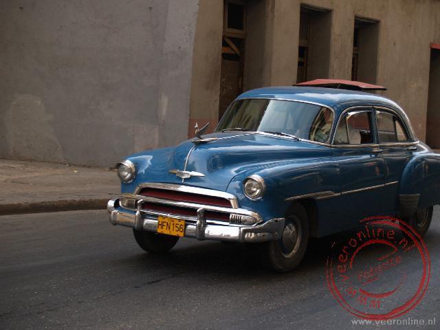 Een oldtimer in de straten van Havana