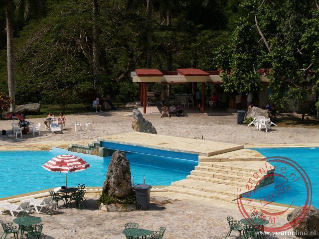 Onderweg namen we wat te drinken bij het zwembad in een resort