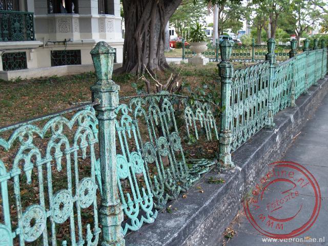Het vervallen hekwerk van het Palacio Valle illustreert het verval van veel 18de eeuwse landhuizen