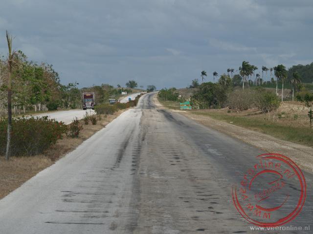De bijna verlaten brede snelweg