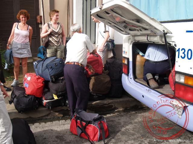 Het inladen van de bus voor het hotel