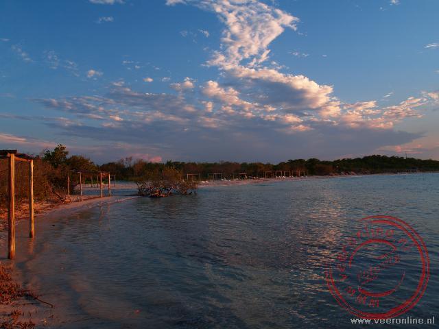 De weerspiegeling van de ondergaande zon bij Cayo Coco