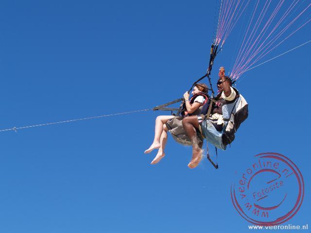 Sarah hang aan de parachute