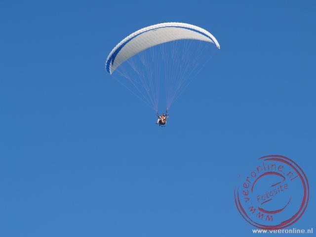 In de lucht aan de parachute