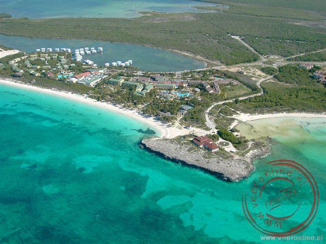 Het eiland Caya Coco vanuit de lucht vanuit de paraglider.