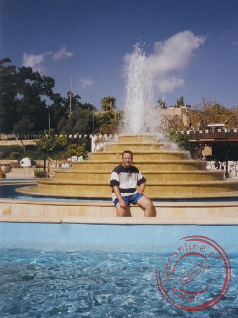 Voor de fontein in het centrum