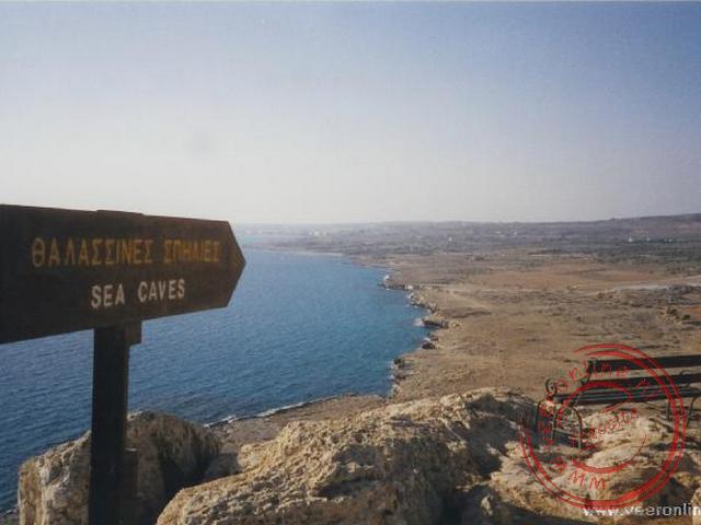 Bovenop de rotspunt op bijna honderd meter hoogte kunnen we terugkijken richting Ayia Napa