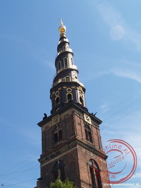 De bijzondere toren van de Vor Freisers Kirke heeft een wenteltrap aan de buitenzijde naar de top