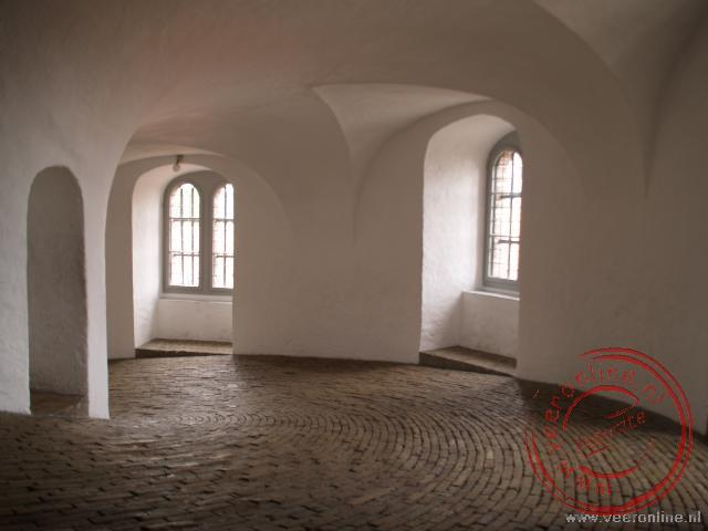 De Rundetarn heeft een 200 meter lange gang die geleidelijk spiraalvormig omhoog loopt naar 35 meter hoogte