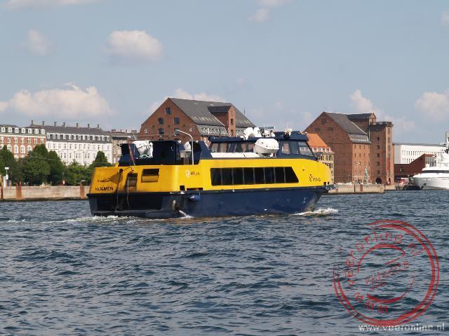 De veerboot vaart als taxi over het water