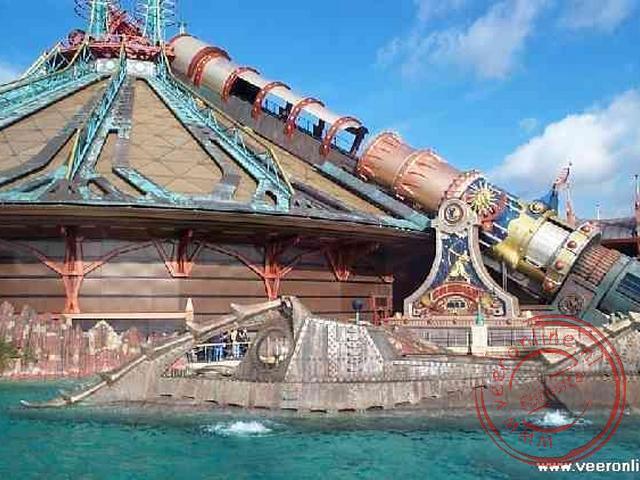 Space Mountain met op de voorgrond de legendarische onderzeeboot van Kapitein Nemo