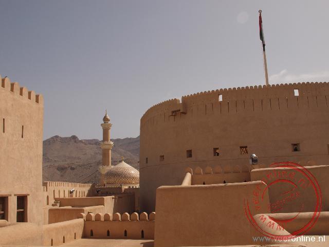 De moskee van Nizwa met de gouden koepel vanuit het Nizwa fort