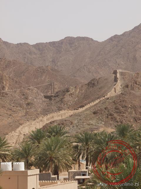 De verdedigingsmuur om Bahla bij het fort Bahla