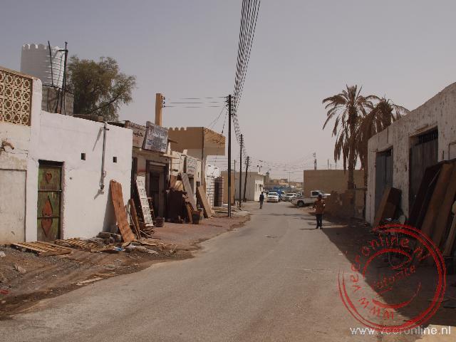 Het straatje in Sinaw met timmermanzaakjes