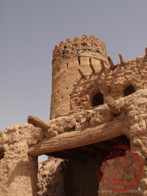 De oude toren van Sinaw in de vervallen wijk