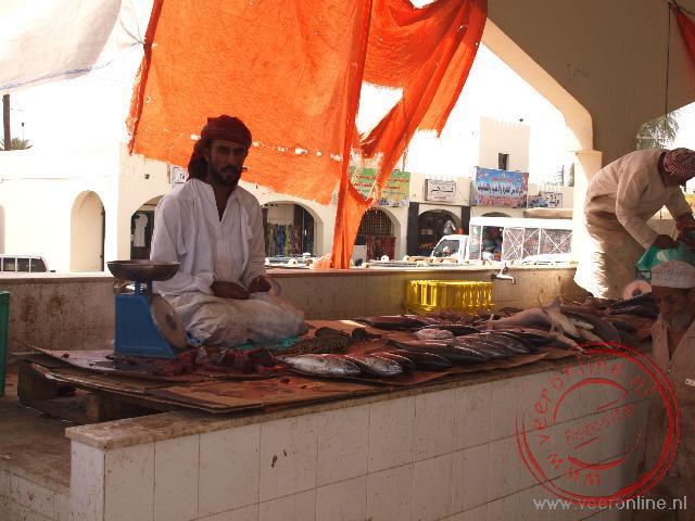 De visverkoper op de vismarkt in het plaatsje Sinaw in Oman