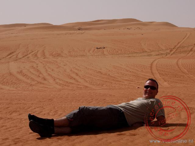 Ronald in het rode zand van de Wahiba Sands in Oman
