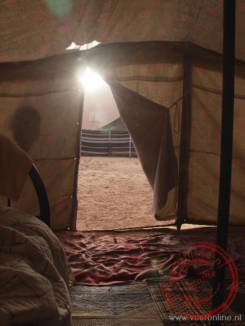 De eerste zonnestralen schijnen 's morgens vroeg de tent in.