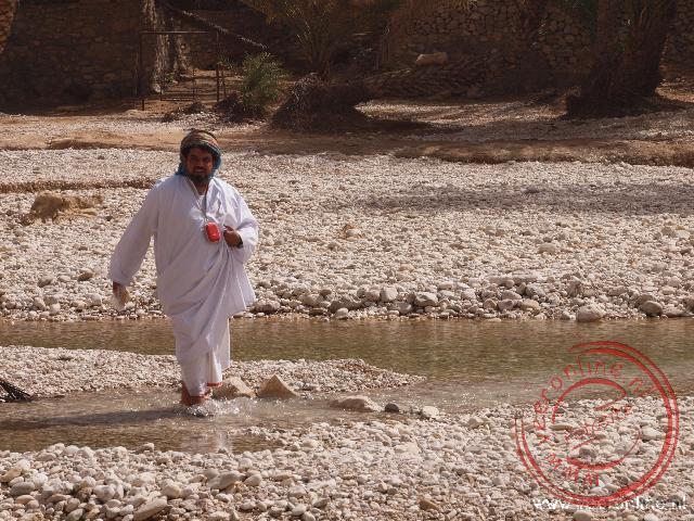 Walkhim komt aangelopen in de Wadi Bani Khalid