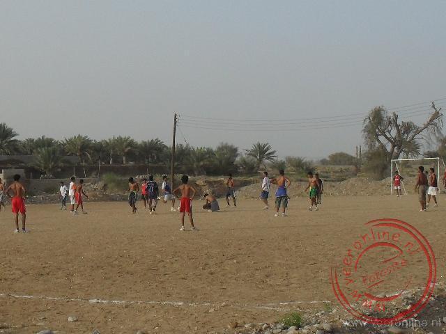 Een voetbalwedstrijd in een buitenwijk van Sur