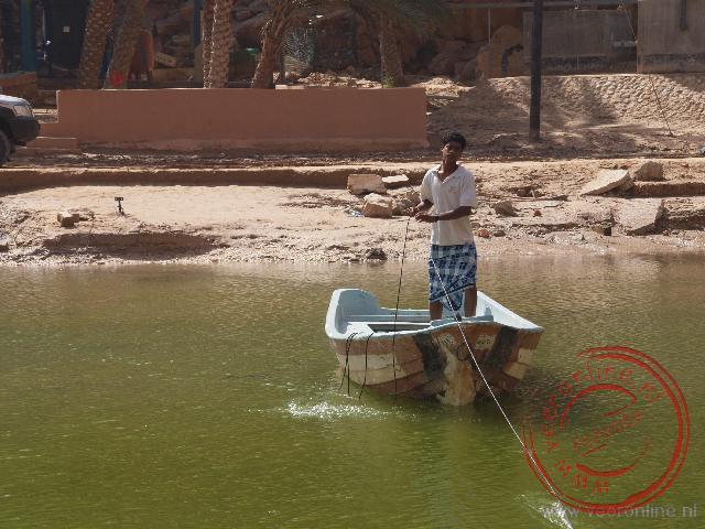 Een veerman zet ons over in de Wadi Shab