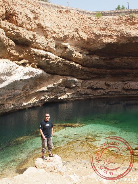 Het prachtige heldere water in de Bimmah Sinkhole