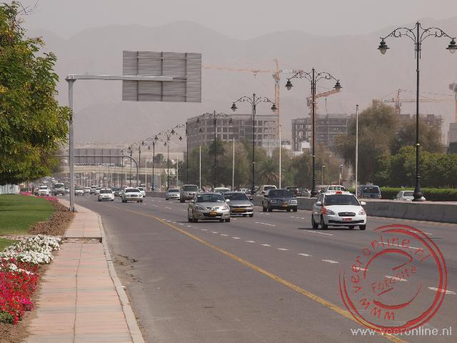 De brede snelweg rond Muscat