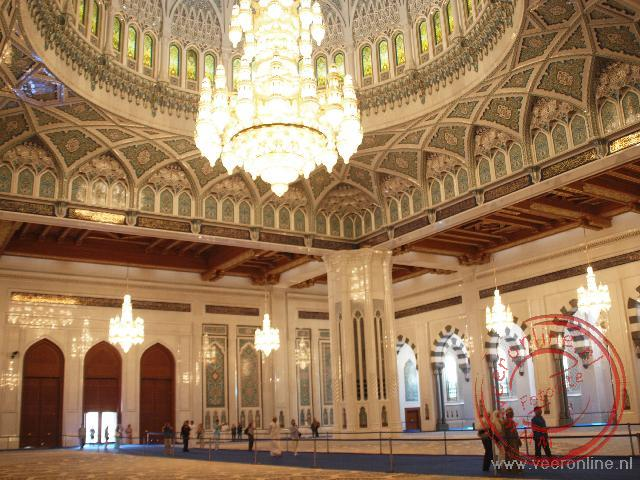 De enorme ruimte in de Sultan Qaboos Grand Mosque