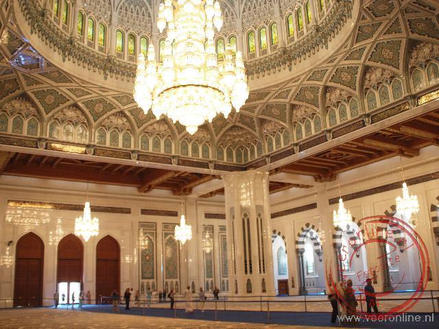 De enorme ruimte in de Sultan Qaboos Grand Mosque
