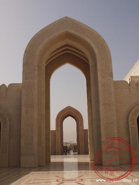 Een fraai doorkijkje in de Sultan Qaboos Grand Moskee