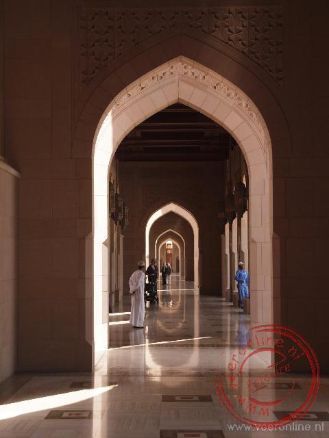 De prachtige gangen rond de Sultan Qaboos Grand Mosqkee