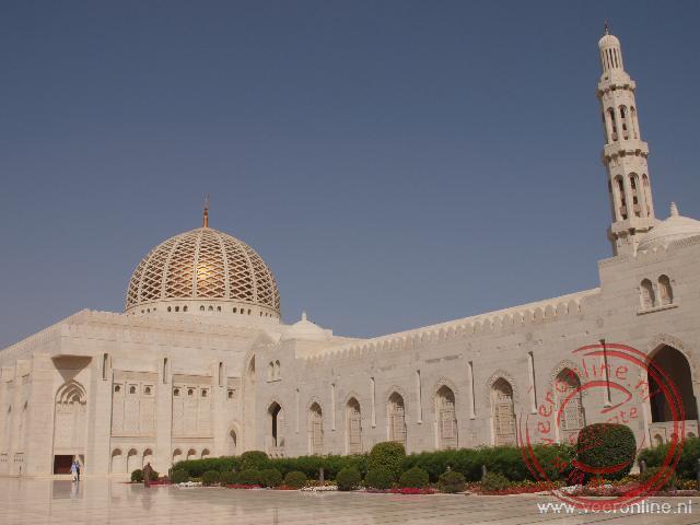 De grote koepel en minaret van de Sultan Qaboos Grand Moskee
