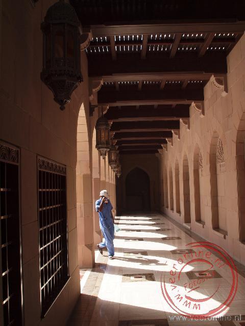 Het zonlicht valt binnen in de gangen rond de moskee