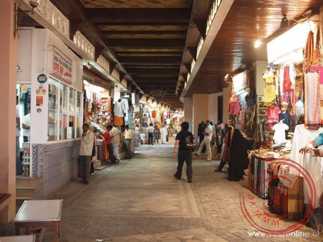 De smalle straatjes in de souq van Mutrah in Muscat