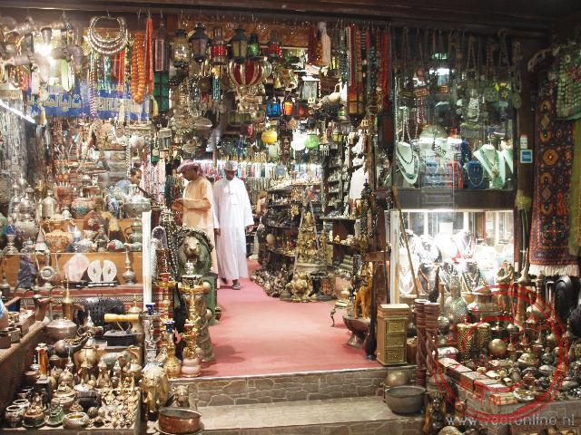 Een overvol winkeltje in de Souq van Muscat