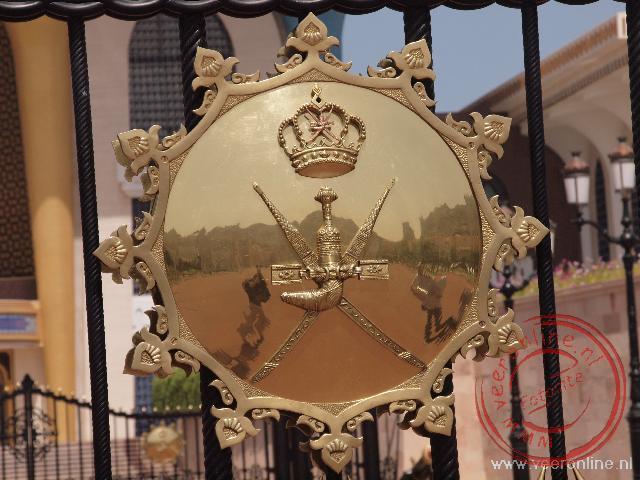 Een schildplaat op het hek van het paleis van de Sultan