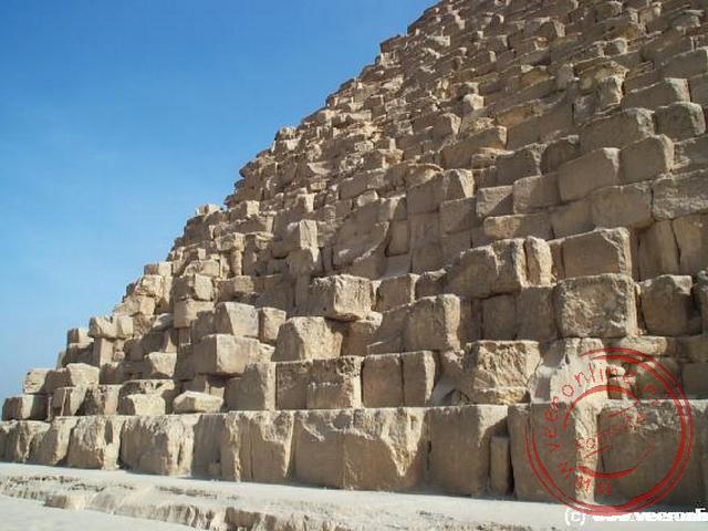 De piramide van Cheops is gebouwd van metershoge rotsblokken