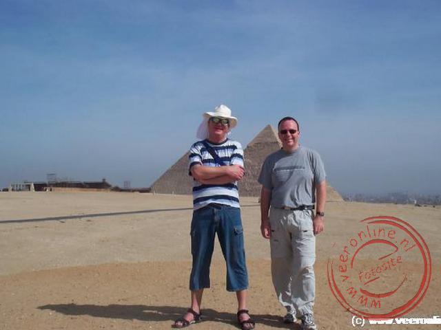 Een foto voor de piramides. Gelukkig zie je ze nog net.