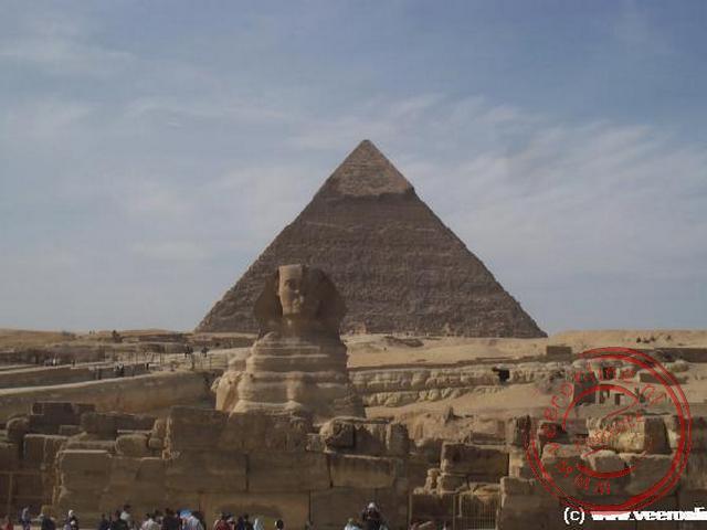 De Sfinx bewaakt het plateau van Gizeh voor de piramide voor Chefren