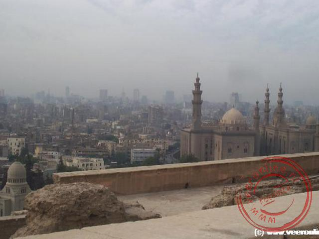 Uitzicht op Cairo vanaf de muren van de Citadel met op de voorgrond de moskee van Sultan Hassan