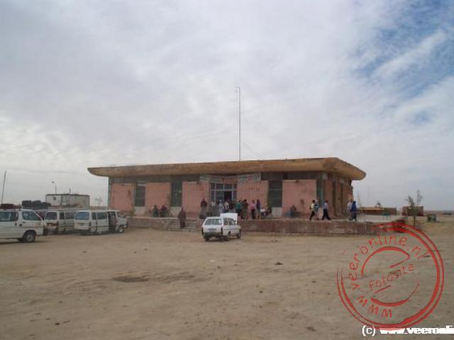 Een resthouse langs de weg in het midden van de woestijn