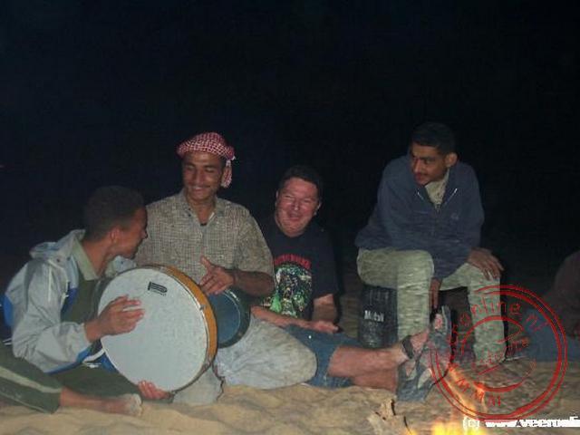 Geert zingt zijn toontje mee met de bedoeïen.